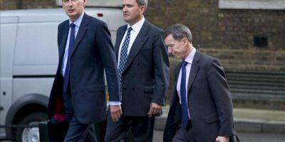 El ministro británico de Defensa, Philip Hammond (izq), y un par de sus consejeros llegan al Nº 10 de Downing Street, la residencia oficial del primer ministro, en Londres (Reino Unido). EFE