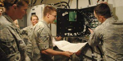 Fotografía de archivo facilitada por la Fuerza Aérea Estadounidense que muestra a varios ingenieros inspeccionando el sistema del Ala de Misiles 341 de la base aérea de Malmstrom (Montana), Estados Unidos. EFE/Archivo