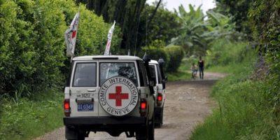 En la imagen, vehículos del Comité Internacional de la Cruz Roja (CICR) con integrantes de la misión humanitaria. EFE/Archivo
