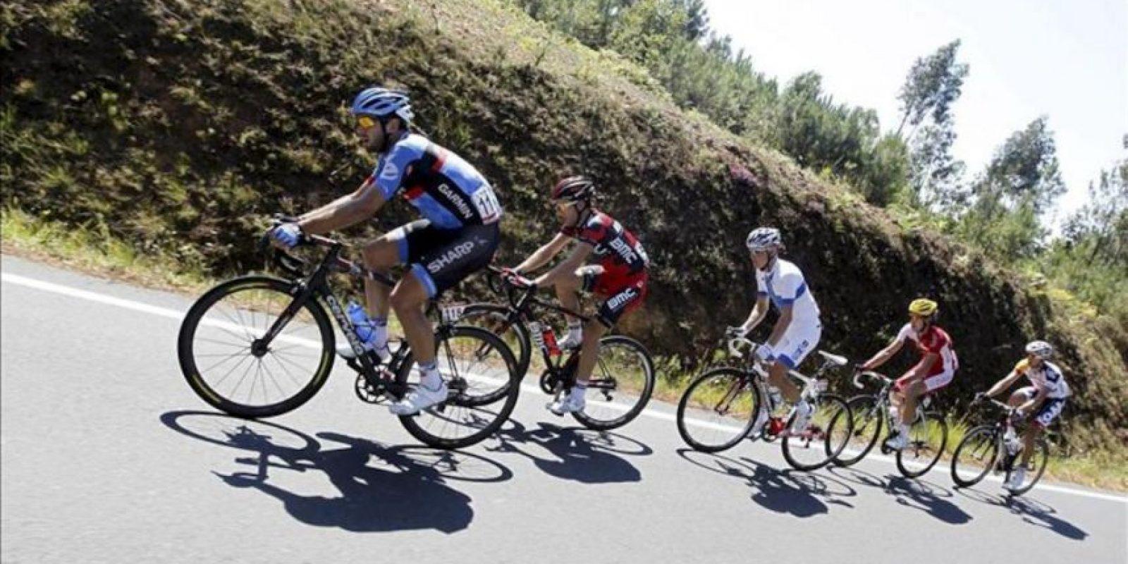 El ciclista danés del Garmin, Alex Rasmussen (i) lidera un grupo de escapados durante el inicio de la cuarta etapa de la Vuelta a España 2013 entre las localidades de Lalín (Pontevedra) y Fisterra (A Coruña), de 186,4 kilómetros. EFE