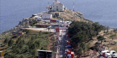 El pelotón llega al faro de Fisterra durante la cuarta etapa de la Vuelta a España 2013 entre las localidades de Lalín (Pontevedra) y Fisterra (A Coruña), de 186,4 kilómetros. EFE