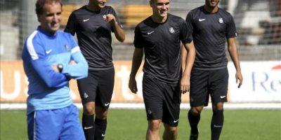El entrenador de la Real Sociedad, Jagoba Arrasate (i), junto a los jugadores, Chory Castro (2i), Antoine Griezmann (2d), y Carlos Vela (d), hoy durante el entrenamiento previo al partido de vuelta de la clasificatoria para la fase de grupos de la Liga de Campeones. EFE