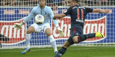 El jugador suizo del Bayern Múnich, Xherdan Shaqiri (d), marca el primer gol del partido al portero alemán Oliver Baumann (i), del Friburgo, durante el partido de la Bundesliga alemana entre el SC Friburgo y el FC Bayern Múnich. EFE
