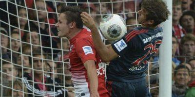 El defensa alemán del Friburgo Christian Günter (i) pelea por el balón con el alemán del Bayern Múnich Thomas Müller, durante el partido de la Bundesliga alemana entre el SC Friburgo y el FC Bayern Múnich, en el estadio Mage Solar en Friburgo, Alemania. EFE