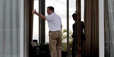 El senador opositor boliviano Roger Pinto, saluda este lunes 26 de agosto de 2013, luego de su llegada a Brasil tras una turbulenta salida de su país sin el debido salvoconducto, a la residencia del abogado Fernando Tiburcio Peña, su defensor en Lago Norte, una zona privilegiada de Brasilia. EFE