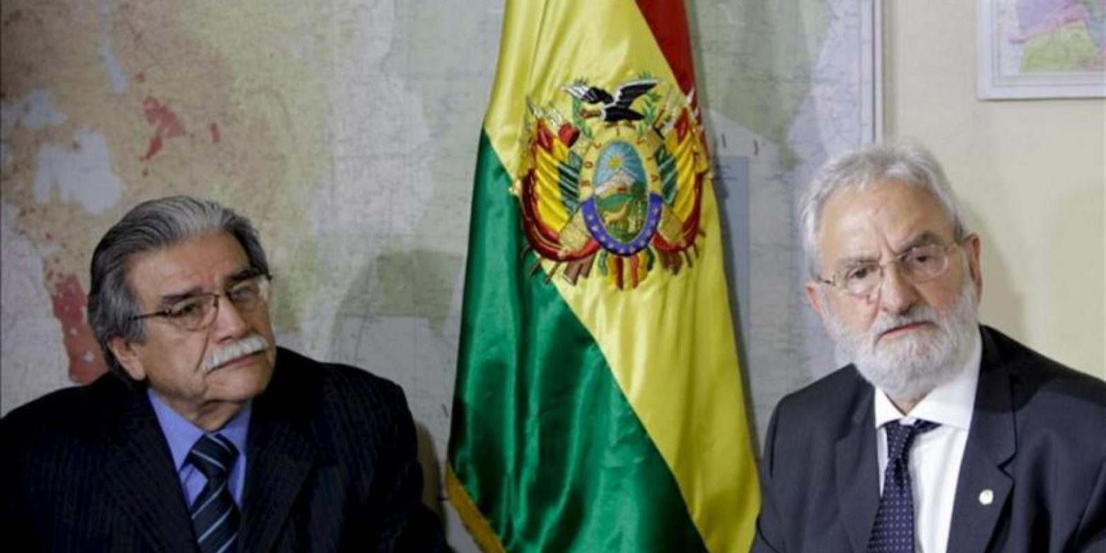 El embajador boliviano en Brasil Jerjes Justiniano (i) recibe al diputado del Partido Socialismo y Libertad (PSOL) Iván Valente (d) en la embajada de Bolivia en Brasilia (Brasil). EFE