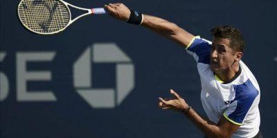 El tenista español Nicolás Almagro sirve una bola a Denis Istomin de Uzbekistán durante el segundo día del Abierto de Estados Unidos en el Centro Nacional de Tenis USTA de Flushing Meadows, Nueva York (EE.UU.) el 27 de agosto de 2013. EFE