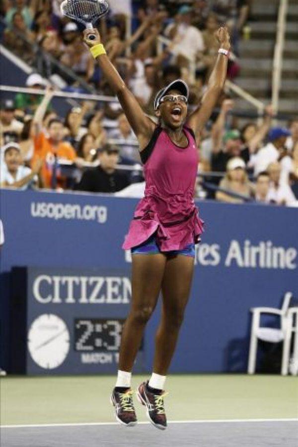La tenista estadounidense Victoria Duval celebra al vencer a la australiana Samantha Stosur, durante un juego en el segundo día del Abierto de Tenis de EE.UU. en el Centro Nacional de Tenis en Nueva York (EE.UU.). EFE