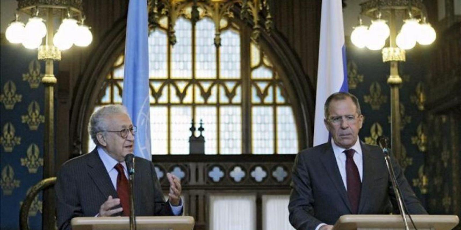 El enviado especial de las Naciones Unidas para Siria, Lakhdar Brahimi (izq), y el ministro de Asuntos Exteriores Ruso, Sergei Lavrov (der), ofrecen una rueda de prensa. EFE/Archivo
