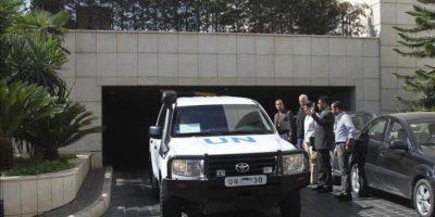El jefe del equipo de inspectores de Naciones Unidas (ONU), Ake Sellstrom (2-i), y la alta representante de Naciones Unidas para Asuntos de Desarme, Angela Kane (3-i), se despiden del equipo de investigadores a su salida del hotel Four Seasons de Damasco (Siria). EFE