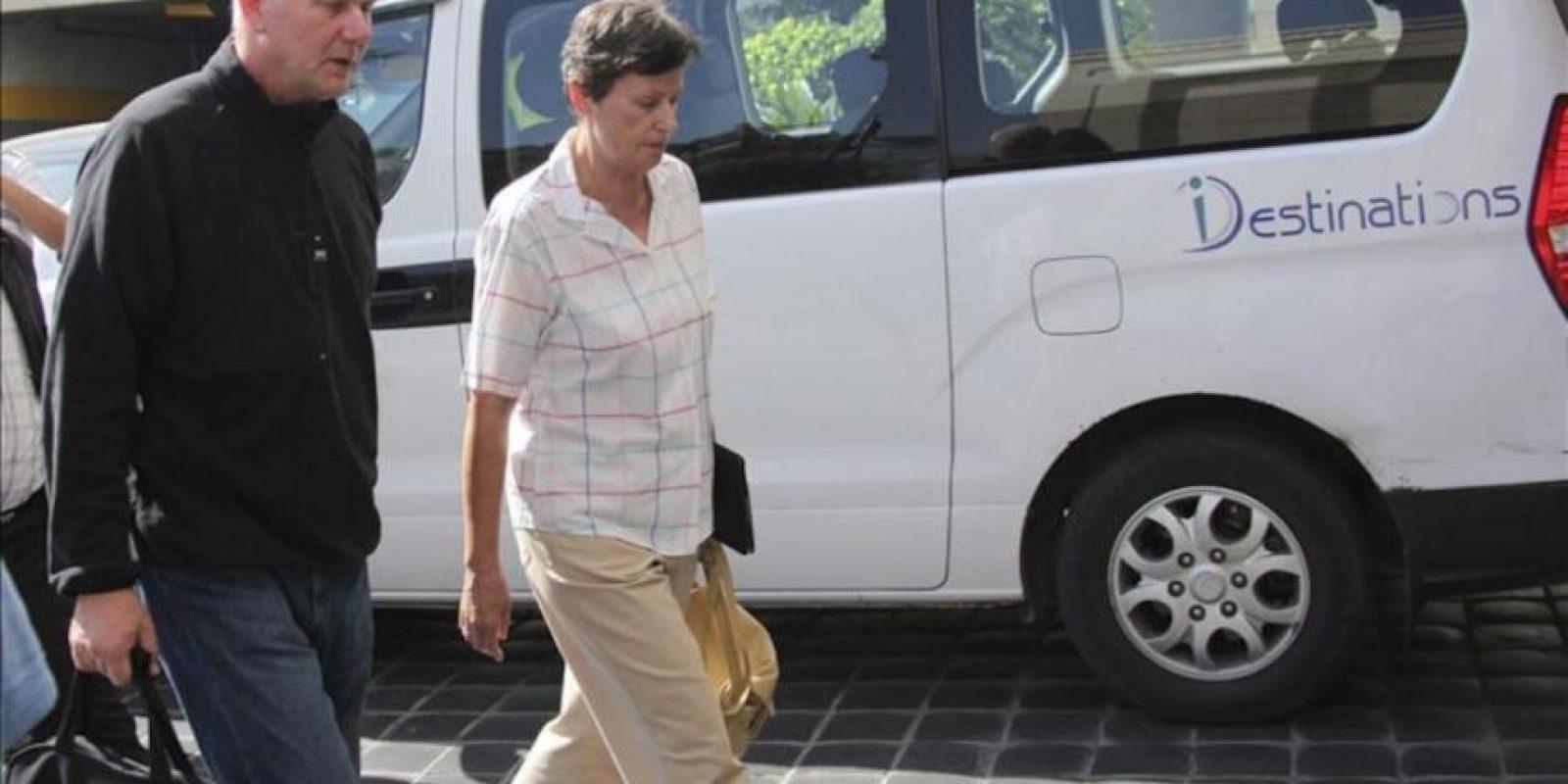El jefe del equipo de inspectores de Naciones Unidas (ONU), Ake Sellstrom (i), y la alta representante de Naciones Unidas para Asuntos de Desarme, Angela Kane, a las puertas del hoter Four Seasons de Damasco (Siria). EFE