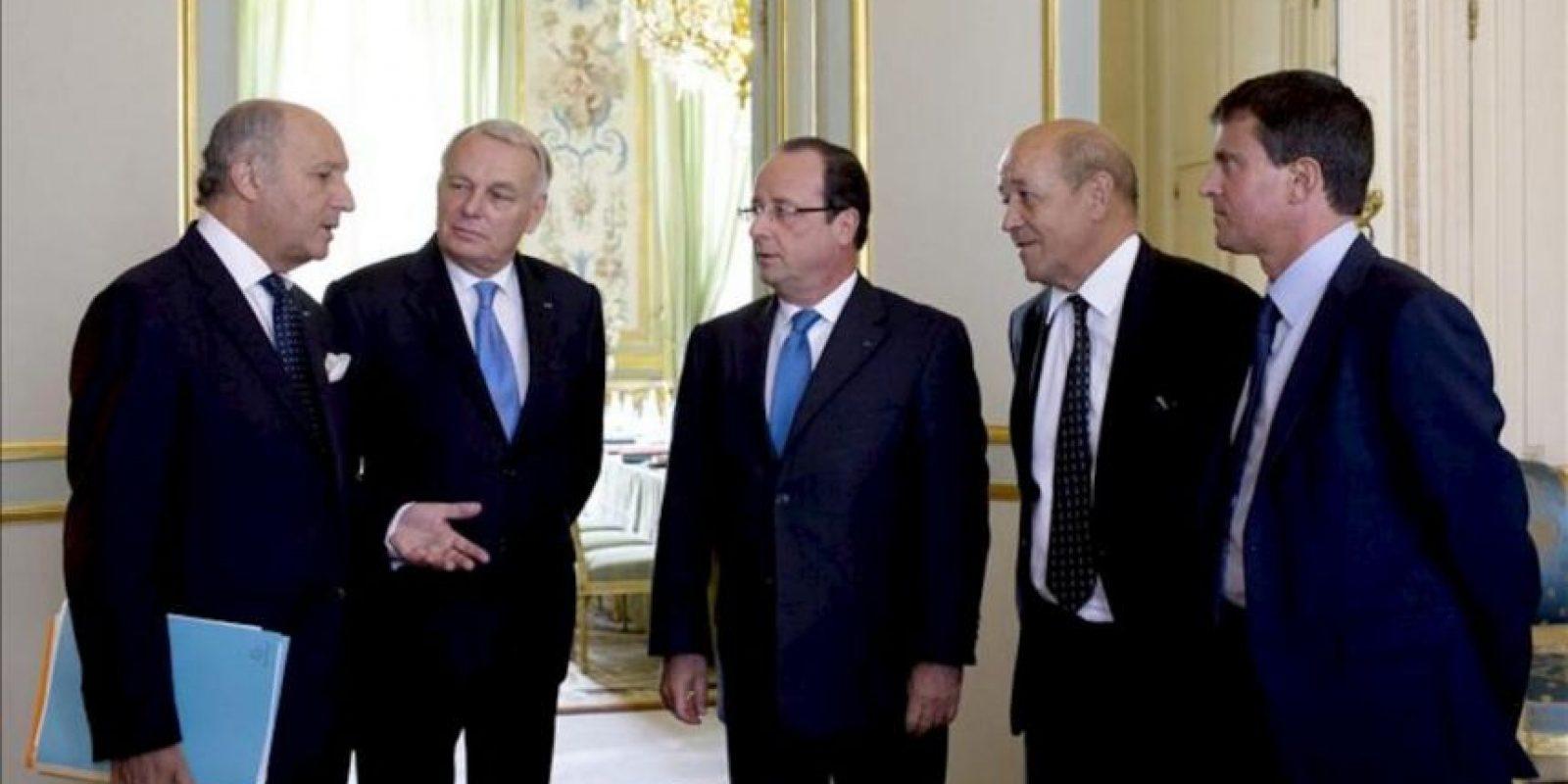 El presidente francés, François Hollande (c), conversa con el ministro galo de Exteriores, Laurent Fabius (izq), el primer ministro francés, Jean-Marc Ayrault (2º izq), el responsable francés de Defensa, Jean-Yves Le Drian (2º dcha), y el ministro galo de Interior, Manuel Valls, antes de una reunión para tratar de la situación en Siria en el Palacio del Elíseo, hoy, en París (Francia). EFE