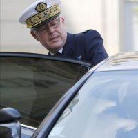 El jefe del Estado Mayor de la Defensa francés, el almirante Edouard Guillaud, abandona el Palacio del Elíseo tras asistir a la reunión para tratar de la situación en Siria, en París (Francia). EFE