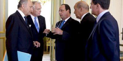 El presidente francés, François Hollande (c), conversa con el ministro galo de Exteriores, Laurent Fabius (izq), el primer ministro francés, Jean-Marc Ayrault (2º izq), el responsable francés de Defensa, Jean-Yves Le Drian (2º dcha), y el ministro galo de Interior, Manuel Valls, antes de una reunión para tratar de la situación en Siria en el Palacio del Elíseo, en París (Francia). EFE