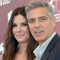 """Los actores estadounidenses George Clooney (d) y Sandra Bullock (i), posan durante el pase gráfico de la presentación de la película """"Gravity"""", un thriller de Alfonso Cuarón, durante la 70 edición del Festival de Cine de Venecia, en Venecia (Italia). EFE"""