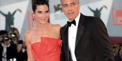 """Los actores estadounidenses Sandra Bullock (i) y George Clooney (d) llegan a la presentación de la película """"Gravity"""", un thriller ambientado en el espacio y dirigido por el mexicano Alfonso Cuarón, durante la 70 edición del Festival de Cine de Venecia, en Venecia (Italia), hoy, miércoles 28 de agosto de 2013. EFE"""