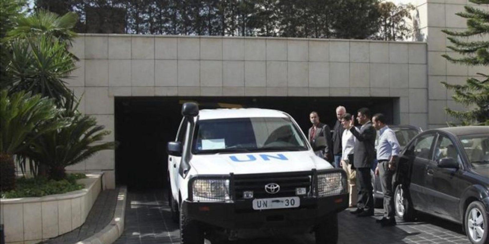 El jefe del equipo de inspectores de Naciones Unidas (ONU), Ake Sellstrom (2-i), y la alta representante de Naciones Unidas para Asuntos de Desarme, Angela Kane (3-i), se despiden del equipo de investigadores a su salida del hotel Four Seasons de Damasco (Siria) hoy miércoles 28 de agosto 2013. EFE