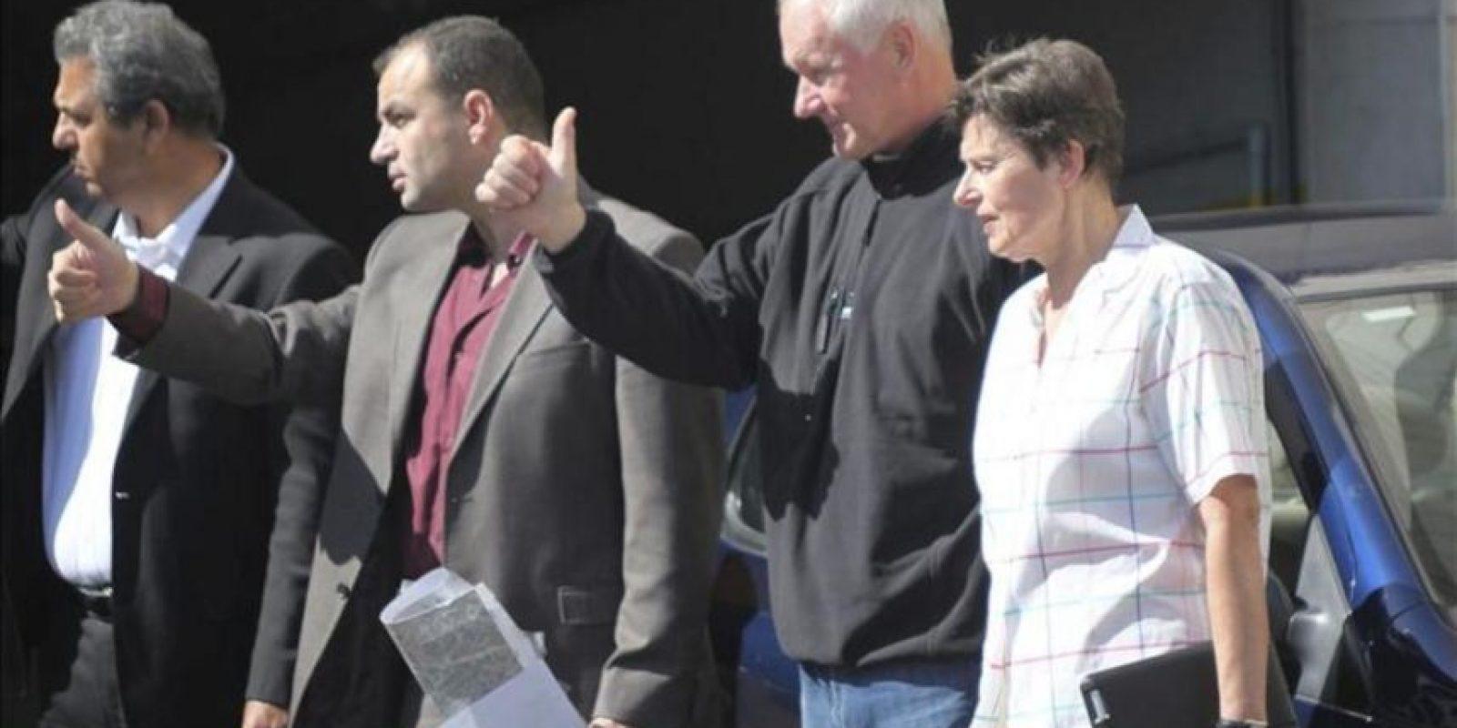 El jefe del equipo de inspectores de Naciones Unidas (ONU), Ake Sellstrom (2-d), y la alta representante de Naciones Unidas para Asuntos de Desarme, Angela Kane (d), saludan al equipo de investigadores a su salida del hotel Four Seasons de Damasco (Siria) hoy miércoles 28 de agosto 2013. EFE