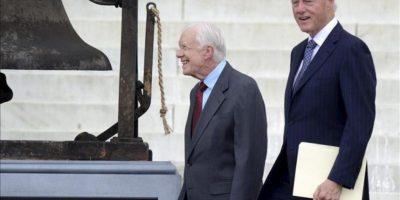 Los exmandatarios estadounidenses Bill Clinton (d) y Jimmy Carter (i) durante una ceremonia para conmemorar el 50 aniversario de la Marcha en Washington en el Monumento a Lincoln, en Washington DC (EE.UU.). EFE