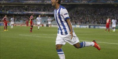 El jugador de la Real Sociedad, Carlos Vela, celebra el primer gol conseguido ante el Olympique de Lyon, durante el partido de vuelta de la previa de clasificación para la fase de grupo de la Liga de Campeones, disputado entre ambos equipos en el estadio de Anoeta de San Sebastián. EFE