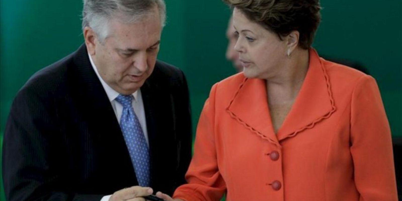 La presidenta brasileña, Dilma Rousseff (d), participa en el acto de toma de posesión del nuevo ministro de Relaciones Exteriores de Brasil, Luiz Alberto Figueiredo (i), en Brasilia (Brasil). EFE