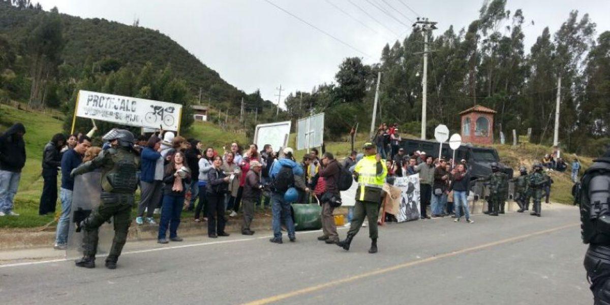 Vehículos pasan escoltados en vía Bogotá-La Calera