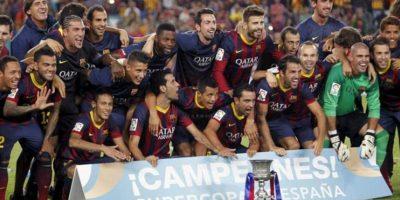 Los jugadores del FC Barcelona posan con el trofeo de la Supercopa de España tras el partido de vuelta que FC Barcelona y Atlético de Madrid disputaron esta noche en el Camp Nou, en Barcelona. EFE