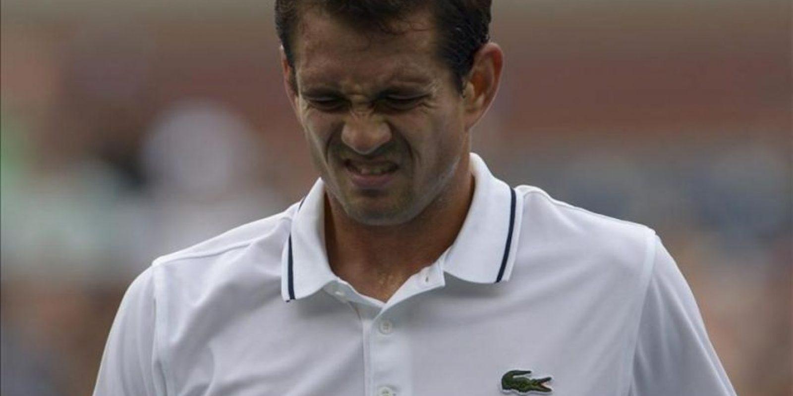El tenista español Guillermo García-López reacciona tras una jugada ante el argentino Juan Martin Del Potro, durante un partido en el tercer día del Abierto de Estados Unidos, en el Centro Nacional de Tenis USTA en Flushing Meadows, Nueva York (EE.UU.). EFE