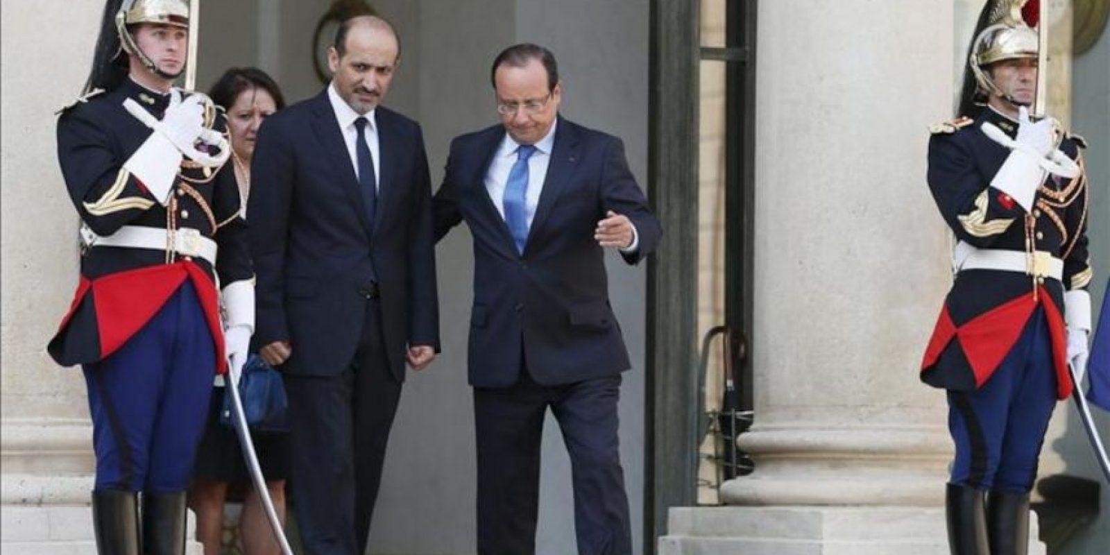 El presidente de Francia, François Hollande (d), acompaña al jefe de la opositora Coalición Nacional Siria (CNFROS), Ahmad Yarba, durante su reunión para discutir la situación actual en Siria, en el Palacio del Elíseo de París (Francia). EFE