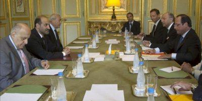 El presidente de Francia, François Hollande (d), se reúne con el jefe de la opositora Coalición Nacional Siria (CNFROS), Ahmad Yarba (i), en el Palacio del Elíseo de París (Francia). EFE