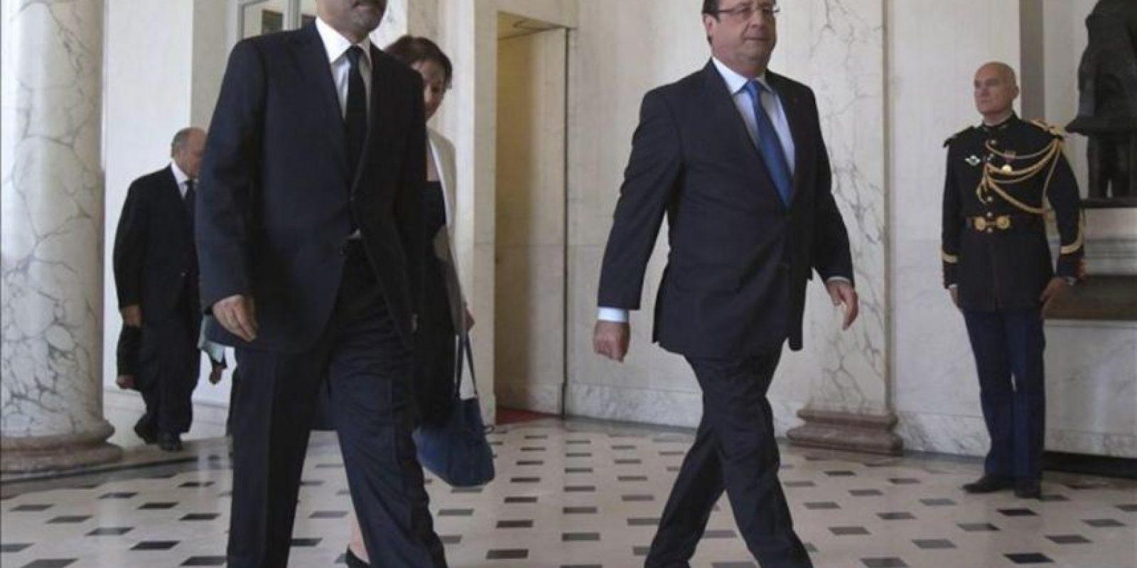 """El presidente de Francia, François Hollande (d), acompaña al jefe de la opositora Coalición Nacional Siria (CNFROS), Ahmad Yarba, durante su reunión para discutir la situación actual en Siria, en el Palacio del Elíseo de París (Francia). Yarba ha pedido hoy a la comunidad internacional un """"golpe de castigo"""" al régimen sirio, un posterior apoyo político y militar para derrocar a Bachar Al Asad y que éste sea juzgado por el Tribunal Penal Internacional de La Haya. EFE"""