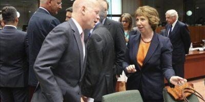 El ministro de Asuntos Exteriores británico, William Hague (izq), conversa con la jefa de la diplomacia europea, Catherine Ashton (dcha), antes de una reunión de urgencia de los ministros de Exteriores de la Unión Europea (UE) en Bruselas (Bélgica) el pasado 21 de agosto. EFE/Archivo
