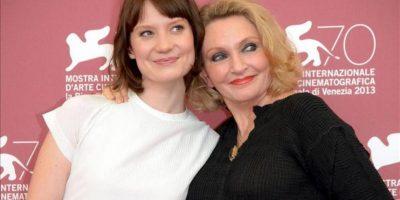 """La actriz australiana Mia Wasikowska (i) y la escritora australiana Robyn Davidson posan durante un pase gráfico de la película """"Tracks"""" en la 70 Mostra de Venecia. EFE"""