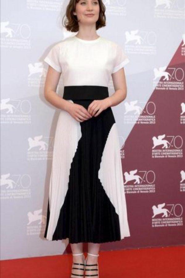 """La actriz australiana Mia Wasikowska posa durante un pase gráfico de la película """"Tracks"""" en la 70 Mostra de Venecia. EFE"""