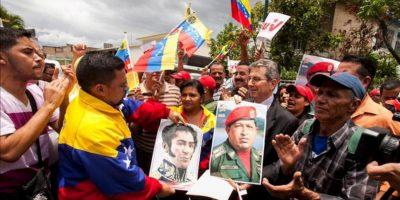 El embajador de Siria en Venezuela, Ghasan Abbas (2d), recibe a un grupo de personas adeptas al Gobierno de Venezuela, quienes manifiestan su rechazo a una posible intervención militar de potencias extranjeras en Siria, frente a la embajada de ese país, en Caracas (Venezuela) este 29 de agosto de 2013. EFE