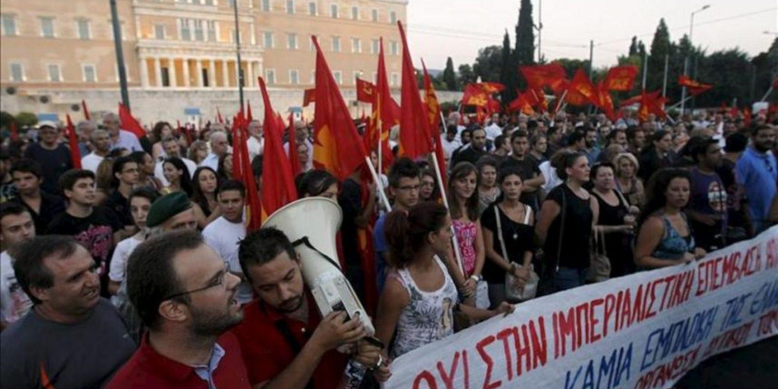 Seguidores del Partido Comunista Griego participan en un manifestación contra la posible intervención militar en Siria hoy, jueves 29 de agosto de 2013, frente a las instalaciones del Parlamento en Atenas (Grecia). EFE