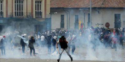 Manifestantes se enfrentan a la Policía antidisturbios este jueves 29 de agosto de 2013, en Bogotá (Colombia). EFE