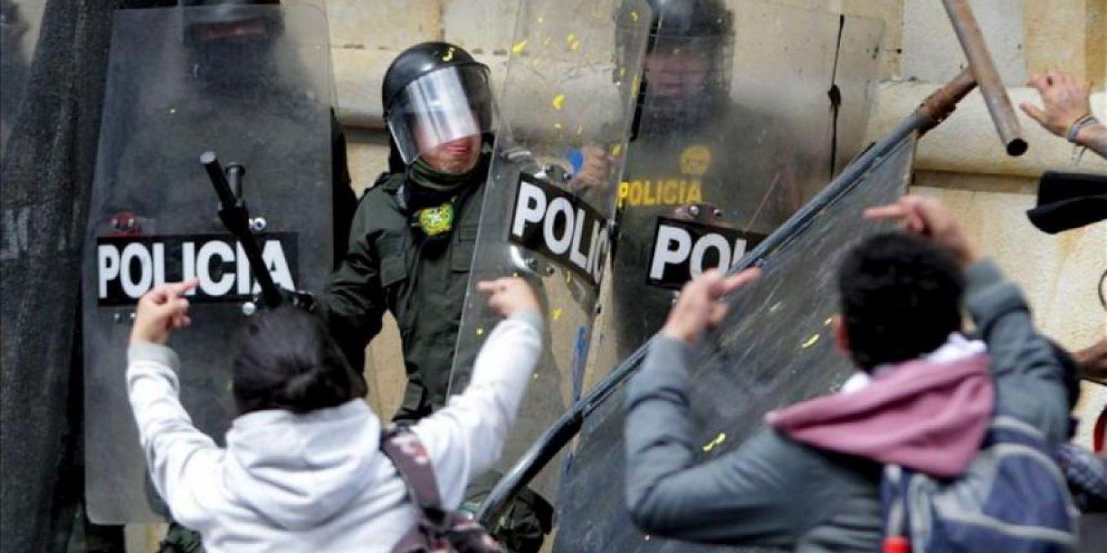 Un grupo de manifestantes se enfrenta a policías antidisturbios en Bogotá (Colombia). EFE