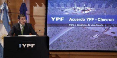 Fotografía cedida por el departamento de prensa de la petrolera argentina YPF en la que se registró al presidente de la petrolera YPF, Miguel Galuccio, durante una rueda de prensa en Buenos Aires (Argentina). EFE