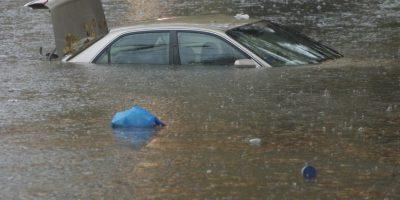 'Nadaremos, nadaremos, en el mar' O bueno, en el río. Esto le pasó a una pareja británica en 2002, que estacionó el carro al lado de un río. Luego, fueron a divertirse en la parte trasera, pero se les olvidó poner el freno de mano. El auto rodó al río, y los dos murieron. Foto: Sliive.