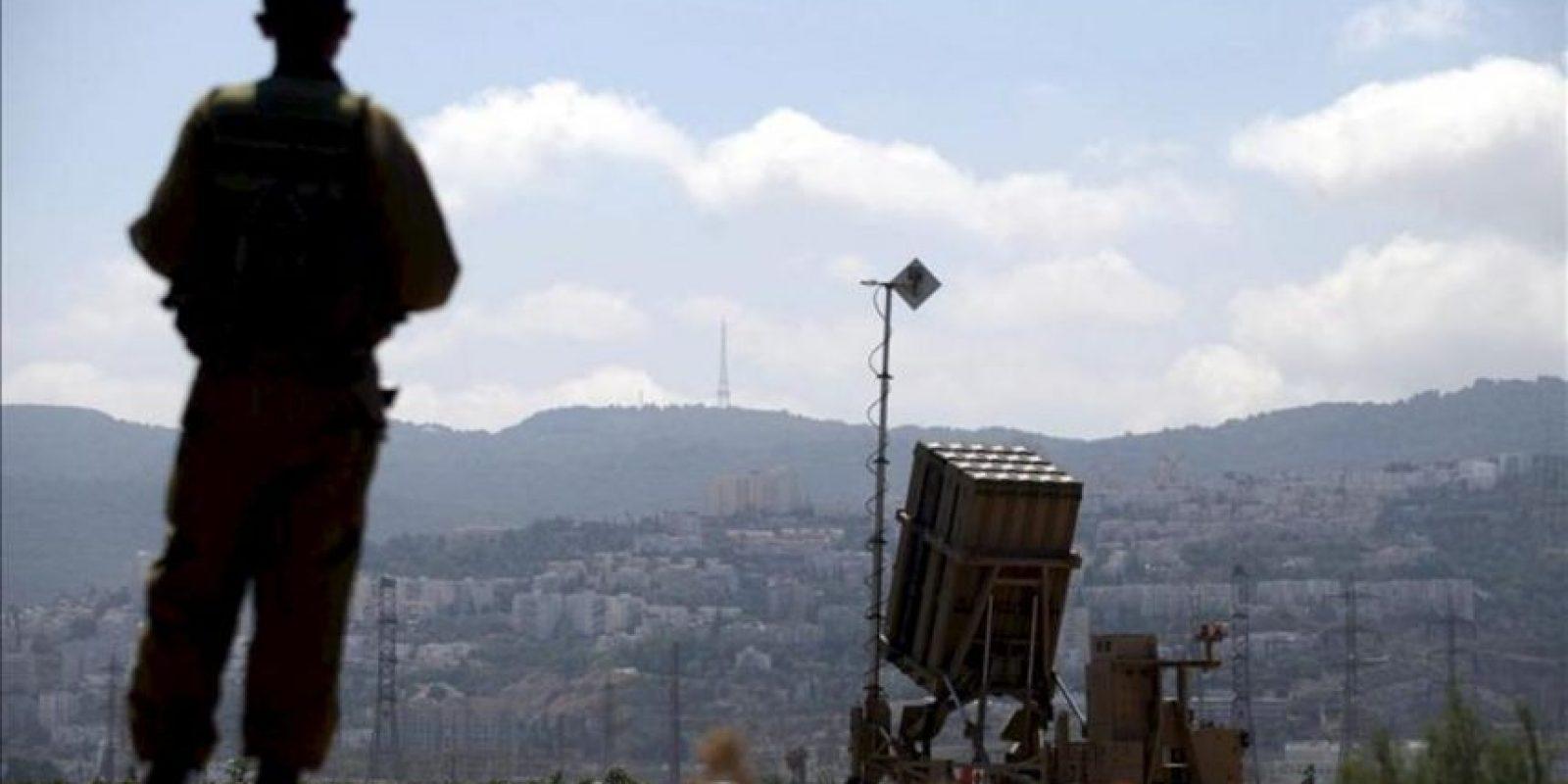 Un soldado de las Fuerzas Armadas israelíes vigila durante la preparación de su sistema anti-misiles Iron Dome (Cúpula de Hierro) en Haifa (Israel) ayer, por las amenazas de posibles ataques a su país si se llevase a cabo una intervención en Siria por una coalición liderada por Washington. EFE