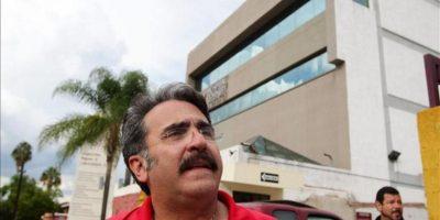 Vicente Fernández Jr. habla con medios de comunicación este jueves, a las afueras del Hospital Country 2000 de Guadalajara (México). Fernández confirmó que su padre, el cantante Vicente Fernández, se encuentra hospitalizado desde el pasado martes aquejado de una trombosis pulmonar de la que se está recuperando. EFE
