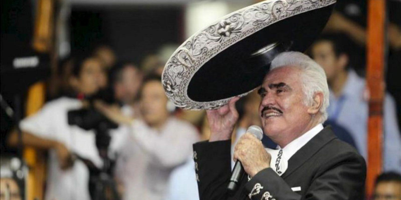 El cantante mexicano de música ranchera Vicente Fernández, en noviembre de 2012, durante un concierto en Guadalajara (México), donde se despidió de los palenques, los recintos donde se realizan las fiestas tradicionales mexicanas, con su última presentación en su natal Jalisco. EFE/Archivo