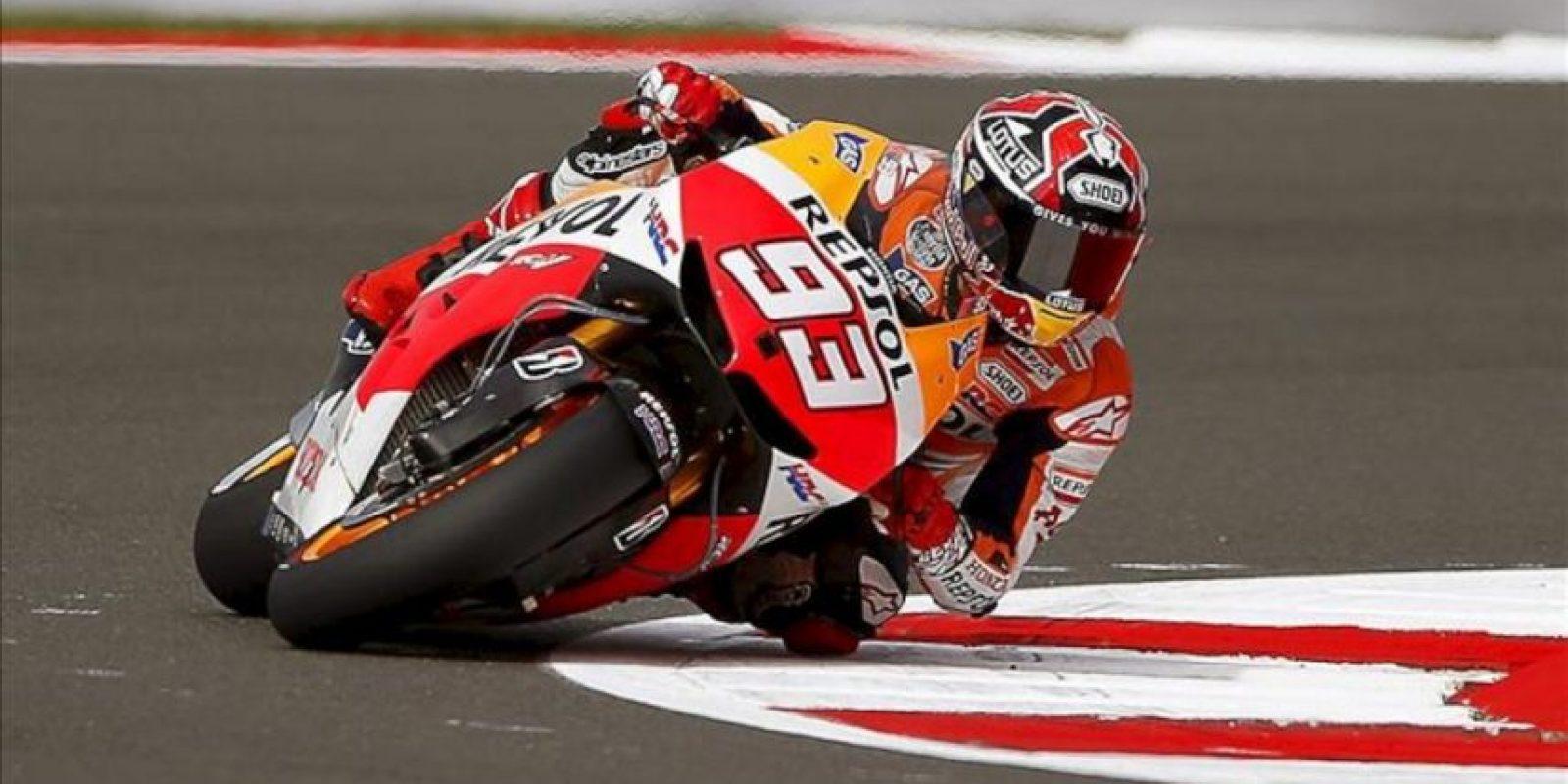 El piloto español de MotoGP Marc Márquez, de Honda, participa en una sesión de entrenamientos libres en el circuito de Silverstone. EFE