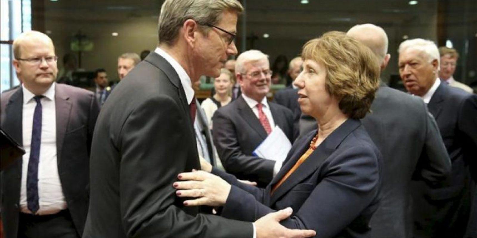 El ministro de Asuntos Exteriores alemán, Guido Westerwelle (c-izq), conversa con la jefa de la diplomacia europea, Catherine Ashton (c-dcha), antes de la reunión de los ministros de Exteriores de la Unión Europea (UE) el 21 de agosto pasado, en Bruselas (Bélgica). EFE/Archivo
