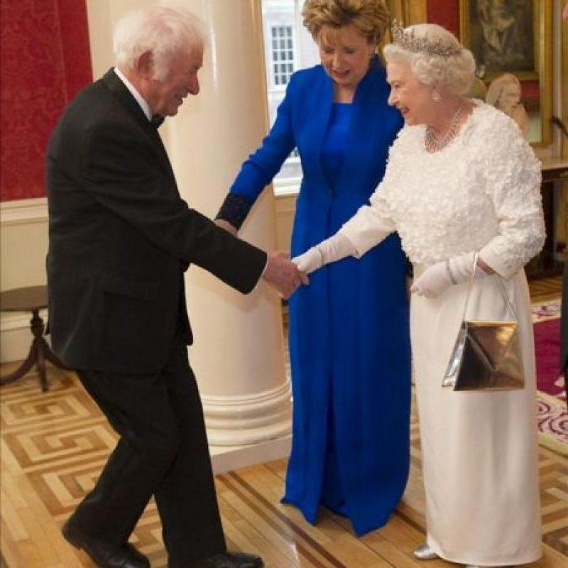 Fotografía de archivo tomada el 18 de mayo de 2011 que muestra al poeta y dramaturgo irlandés Seamus Heaney durante una recepción con la Reina Isabel II (d) y la que fuera presidenta irlandesa Mary McAleese en el Castillo de Dublín (Irlanda). Heaney, ganador del premio Nobel de Literatura en 1995, ha muerto hoy, a los 74 años tras una grave enfermedad. EFE/Archivo