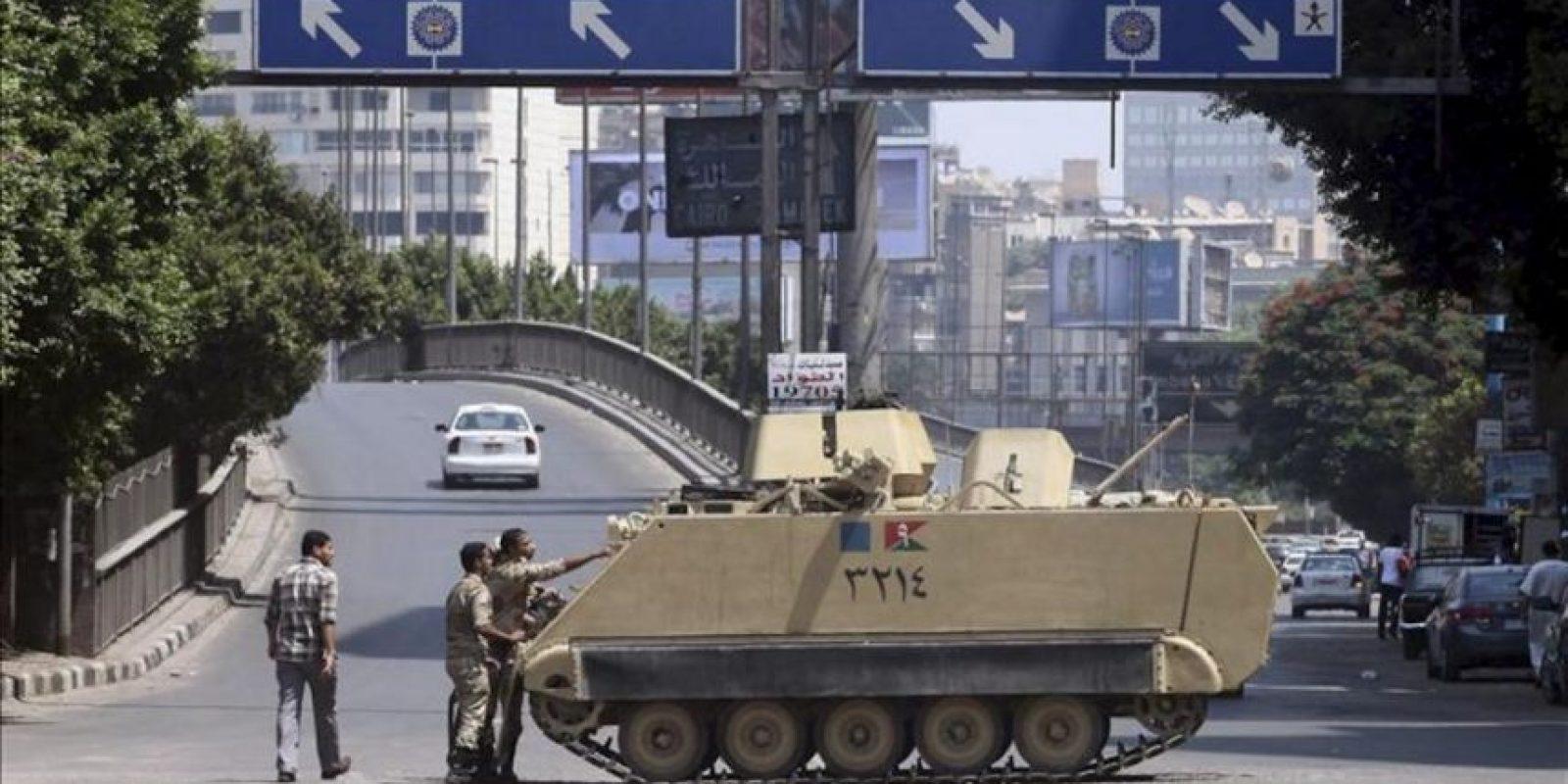 Soldados del ejército egipcio bloquean con vehículos blindados las carreteras de Giza, Egipto, hoy 30 de agosto de 2013. EFE
