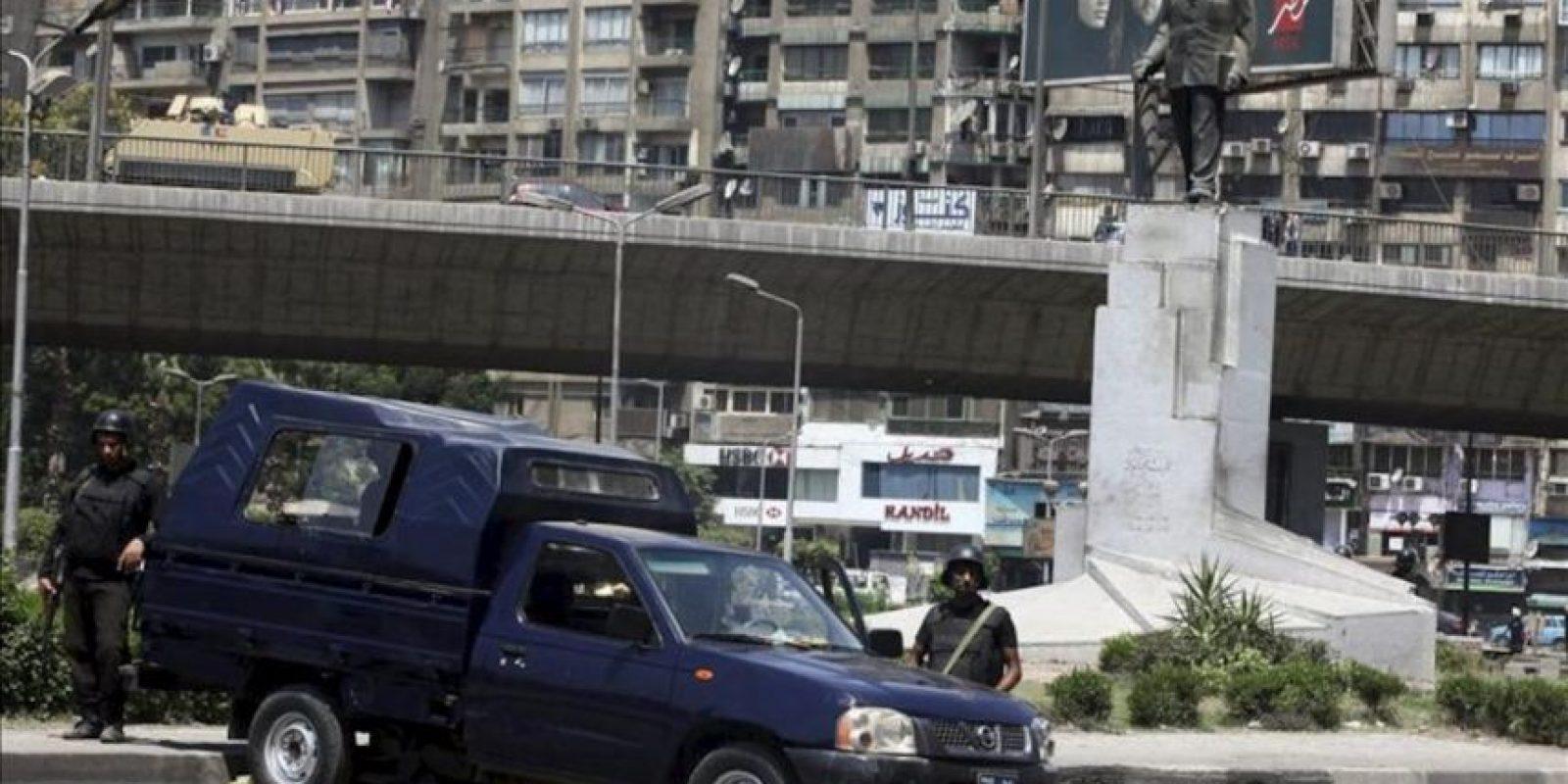 Policias egipcios montan guardia en Giza, Egipto, hoy 30 de agosto de 2013. EFE
