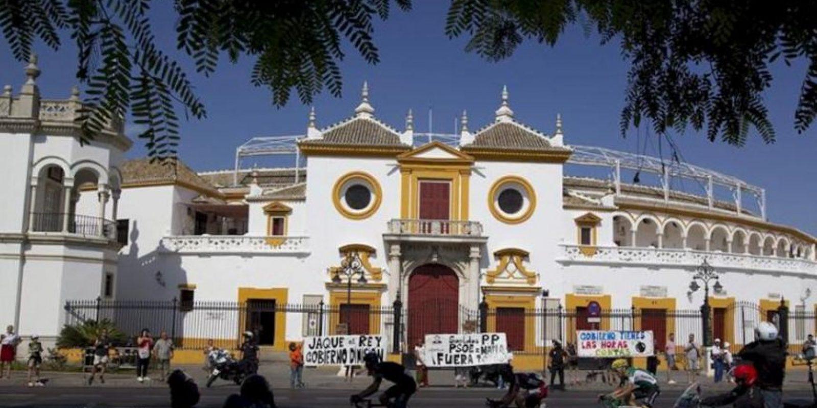 El grupo de escapados a su paso por la plaza de toros de la Maestranza de Sevilla, durante la séptima etapa de la Vuelta Ciclista a España 2013 que ha partido de la localidad extremeña de Almendralejo y finaliza en el municipio sevillano de Mairena de Aljarafe, con 205,9 kilómetros de recorrido. EFE