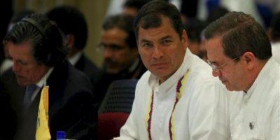 Fotografía cedida por prensa de Miraflores del presidente de Ecuador, Rafael Correa (i), hablando con su canciller, Ricardo Patiño, en la sesión plenaria de la VII Cumbre ordinaria de la Unión de Naciones Suramericanas (Unasur) en Paramaribo (Surinam). EFE